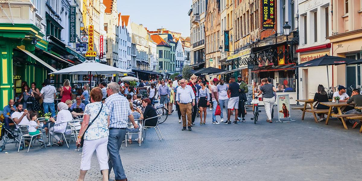 antwerpen straat met restaurants